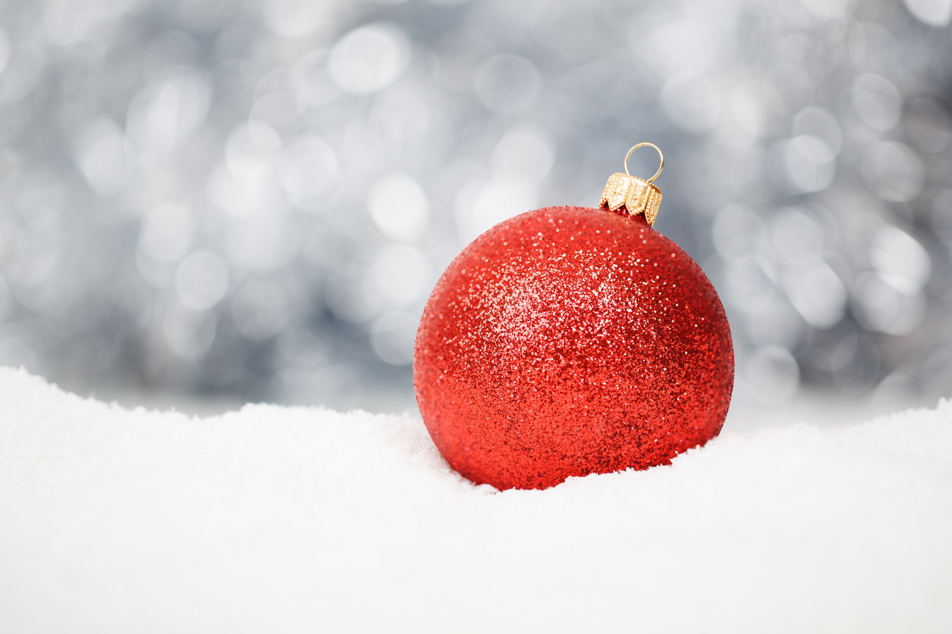 red-christmas-ball-in-snow